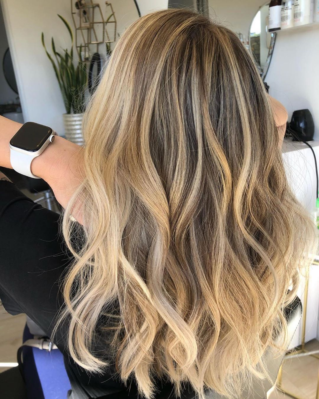 BEAUTIFUL GOLDEN BLONDE 💛 By @hairbycrystalelizabeth • Wish I took a before! 🤦🏼♀️ But she came in with 2 years of no color so pretty much virgin hair. I did a full head of baby lights and balayage root smudge and all over gloss • • • #keune #newportbeachhairstylist #hairstylist #newportbeachblondes #blondespeacialist #cdmhair #hairincdm #cdmhairatylist #hairoftheday #instahaircolor #blonde #blondehair #blondespecialistoc #livedincolor #livedinblonde #hairtransformation #balayage #blondebalay