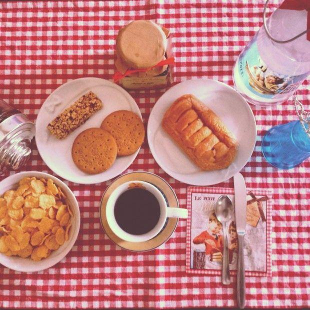 Ci sono momenti che non possiamo negarci. La gentilezza di una colazione fatta di un forte caffè, cereali, biscotti, marmellate. Profumi che ci svegliano da quei sogni che vorremmo non finissero mai, ma forse proprio belli per quello. A ogni…