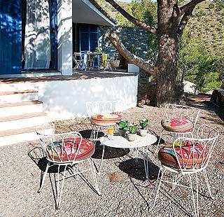 La belleza del entorno impulsó a los propietarios a mantener en el porche y el jardín el toque rural y agreste de la zona...