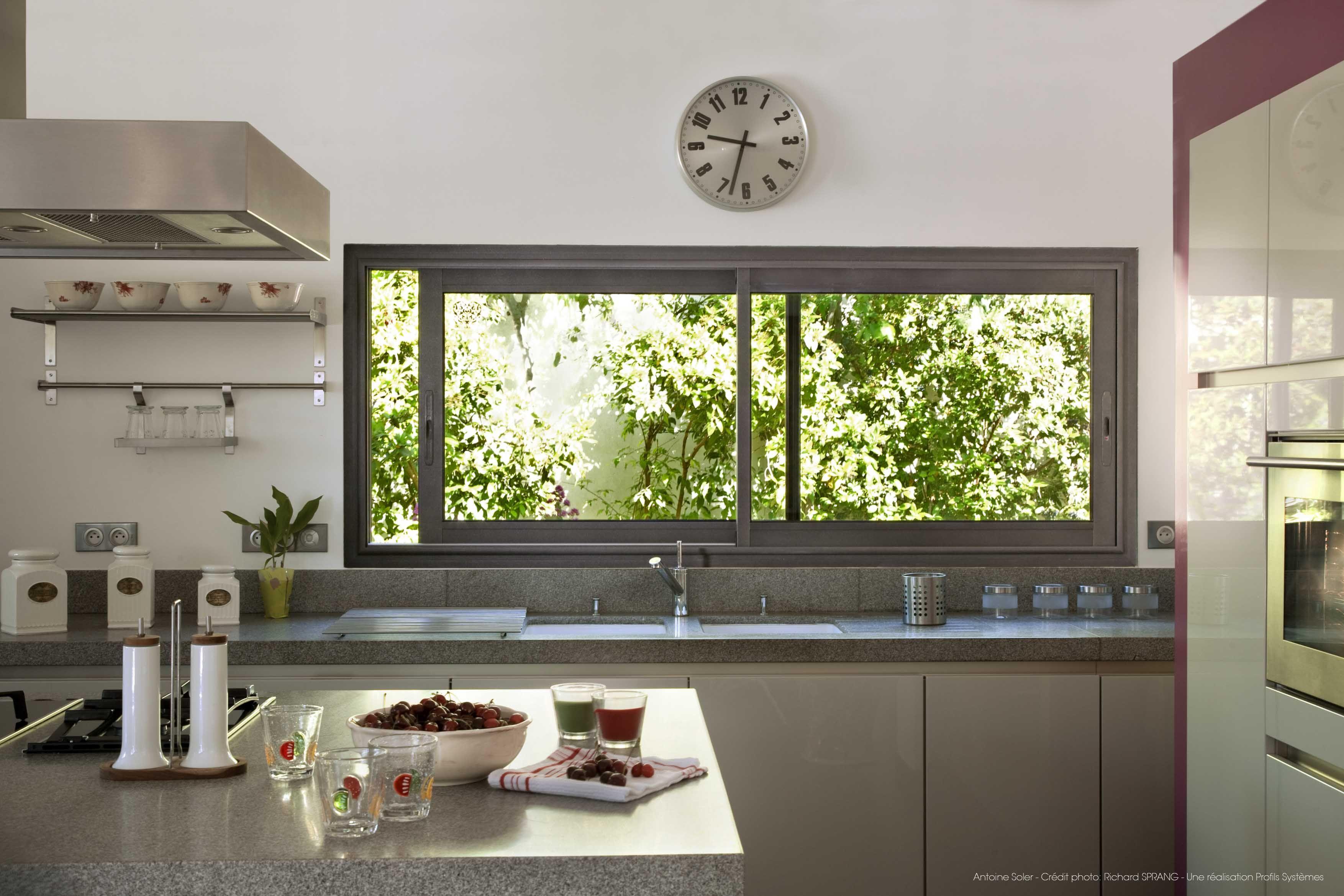 Une cuisine spacieuse et lumineuse pour vos pauses - Store pour fenetre cuisine ...