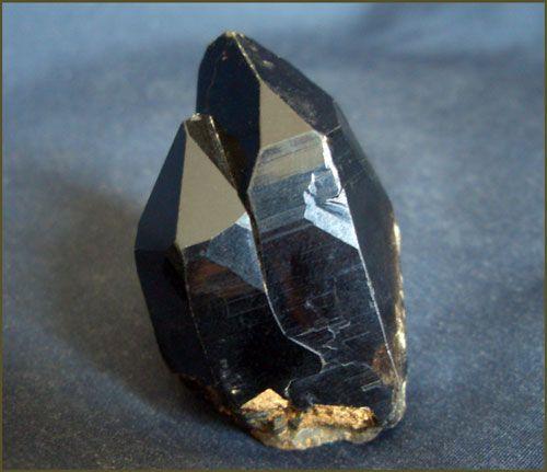 Морион камень, дымчатый кварц. Морион, субпараллельный сросток кристаллов 5 см. Из пегматитов Ортау, Ц. Казахстан.
