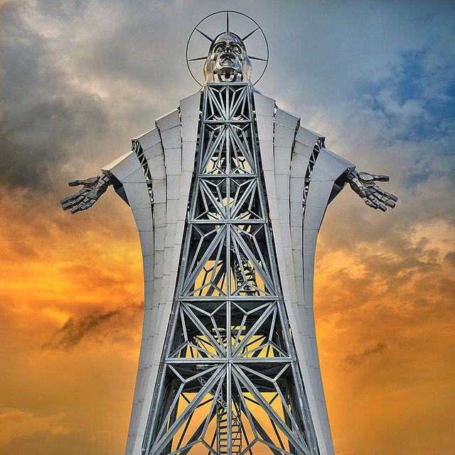 A Jézus Szíve kilátó ( pléh-Krisztus) Farkaslaka falu határában, a Romániához tartozó Székelyföldön. A 953 méter magas Gordon-tetőn elhelyezkedő szobor kilátóként is funkcionál. A Zawaczky Walter szobrászművész tervei alapján készült Jézus-ábrázolást 2011 decemberében állították fel. A szobor fejrészébe csigalépcső vezet. 22 méteres magasságával Kelet-Európa egyik legmagasabb Krisztus-ábrázolásának számít. számos kritika éri kinézete, méretei és anyaga miatt.
