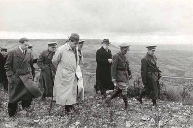 Vicente Rojo y Manuel Azaña visitan el frente en la batalla del Ebro