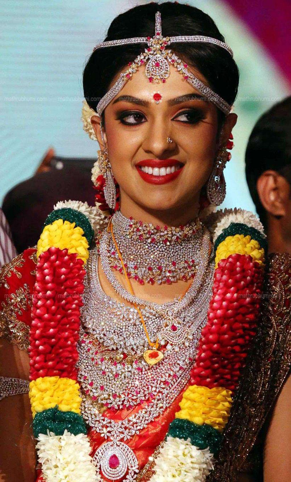 Marriage ornaments - Ravi Pillai Daughter Arathi Wedding Dress And Ornaments Photos 093