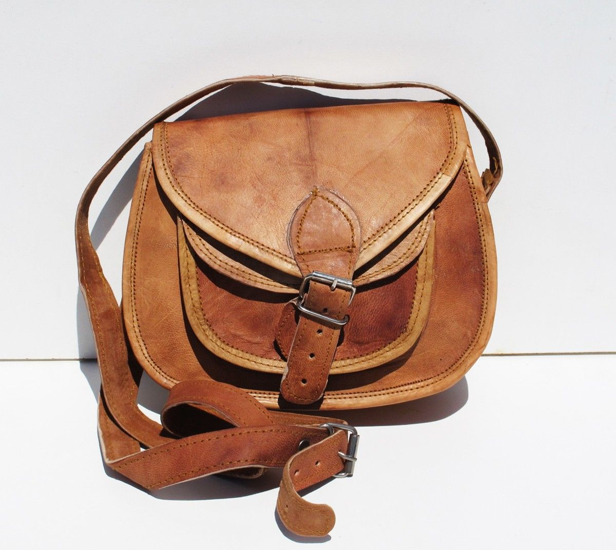 ce sac indien est un sac en cuir de chameau typique de la r gion de pushkar en inde il a une. Black Bedroom Furniture Sets. Home Design Ideas