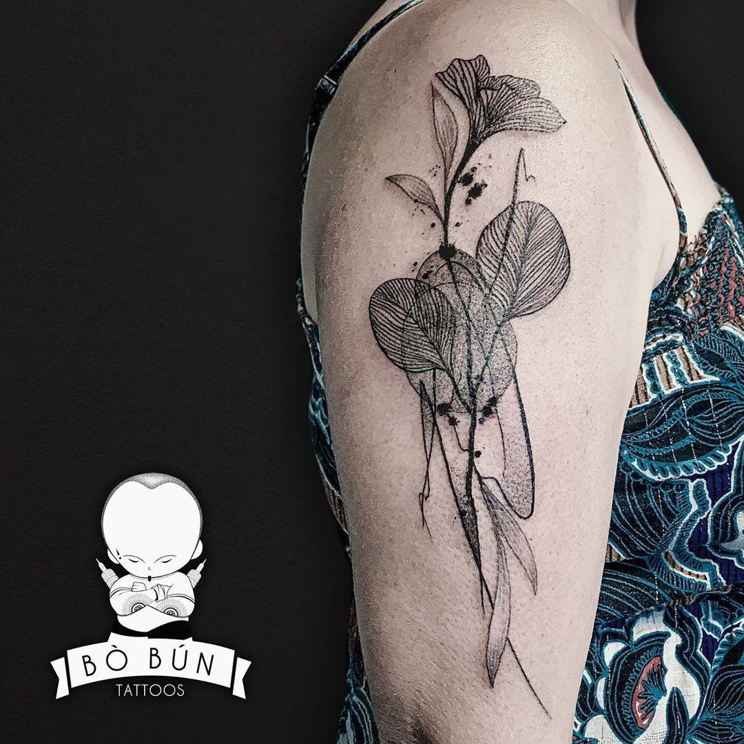 Mel - graphics flowers - 2020  #bobuntattoo #rouen #rouentattoo #graphicflowers #flowerstattoo #dotworktattoo  #tattoo #graphictattoo #blackandgreytattoo #dotwork #blackworktattoo #frenchtattooartist #taot #wowtattooing #formink #thebesttattooartists #ttblackink #theartoftattoos #inkstinctsubmission #tattoodo #perfecttattooartists #inkfreakz #wctattoos #blackinkedart #blackworkerssubmission #btattooing #blackwork #blacktattooart @darkartists @saf33.5_madinkdays @tattooselection @tattooarmada @ta