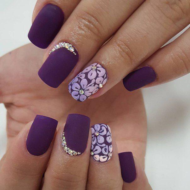 Nail Art | Uñas moradas con brillo y detalles de flores. | Arte de ...