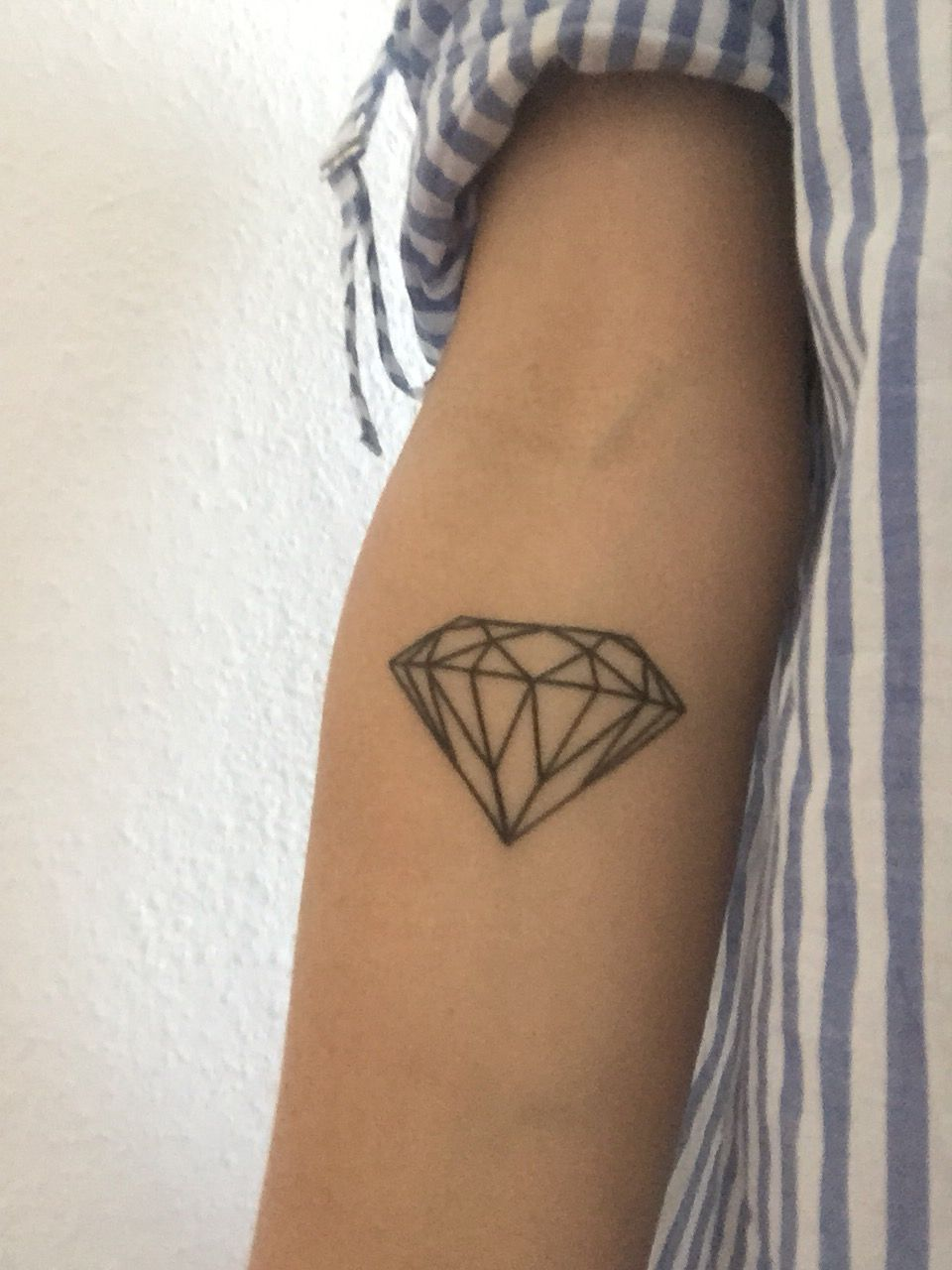 Diamond tattoo diamond diamant tattoo tatouage geometric blackink tatouage pinterest - Tatouage diamant main ...