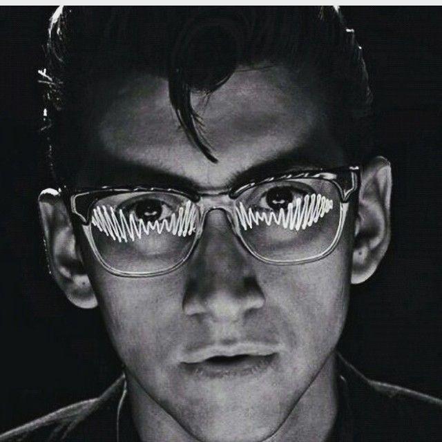 dancelittleconor/2016/11/06 00:46:54/I lost three followers after not posting am yesterday :-( #alexturner #arcticmonkeys #am #glasses