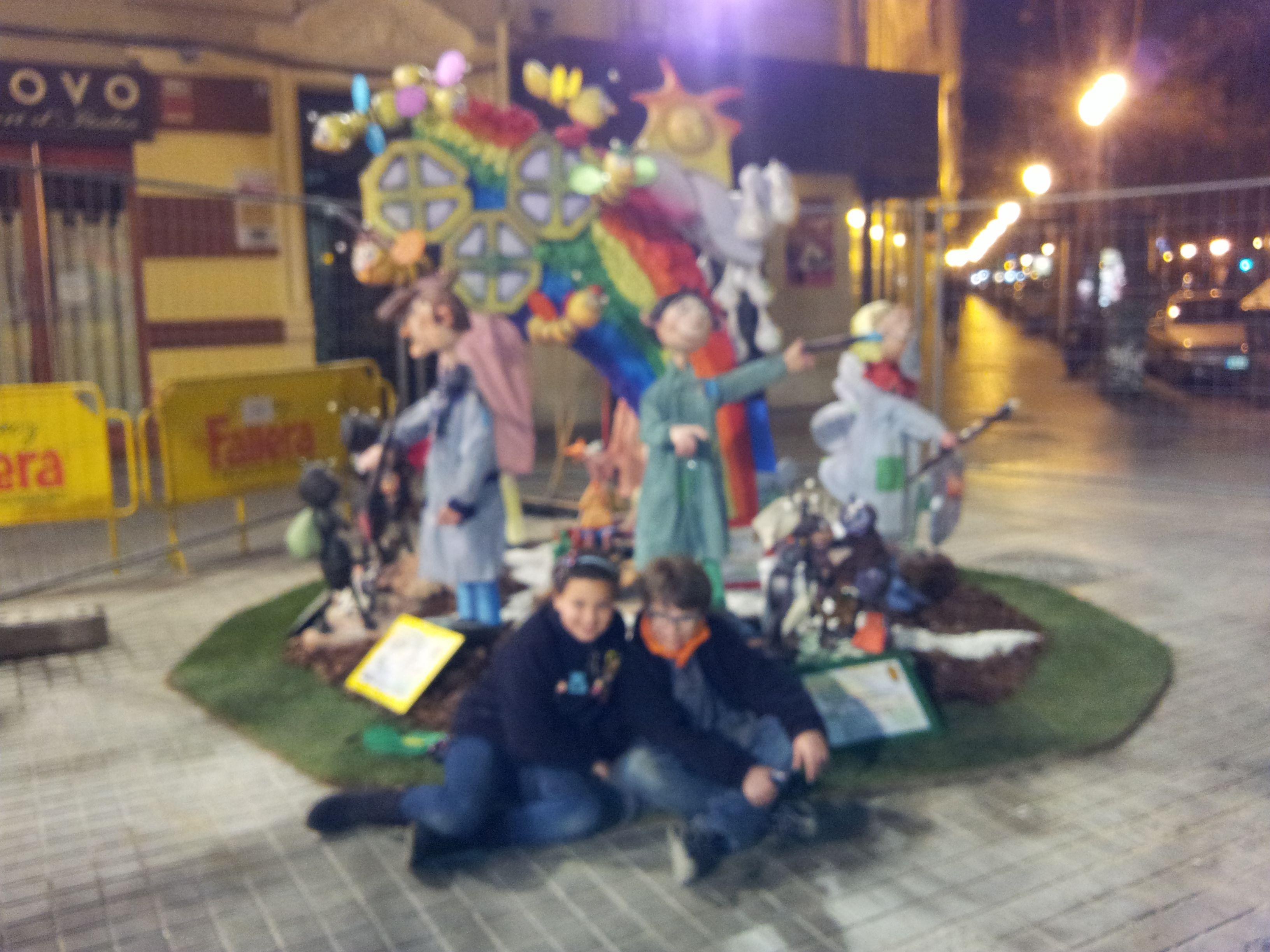 Claudia y Pablo, fallera mayor infantil y presidente infantil delante de su monumento que obtuvo el primer premio de su categoria