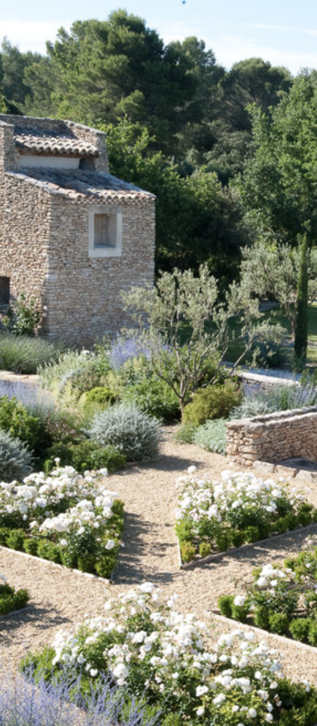 Gartenideen · Tuscan Green And White Landscaping