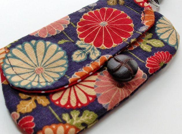 Mini estuches de tela para tus pinturas:  http://www.lasmanualidades.com/6225/mini-estuches-de-tela-para-tus-pinturas