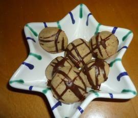 """Rezept Nusskugeln mit Überraschung """" Fröhliche Weihnachten """" mit Variation von Heimchen - Rezept der Kategorie Backen süß"""