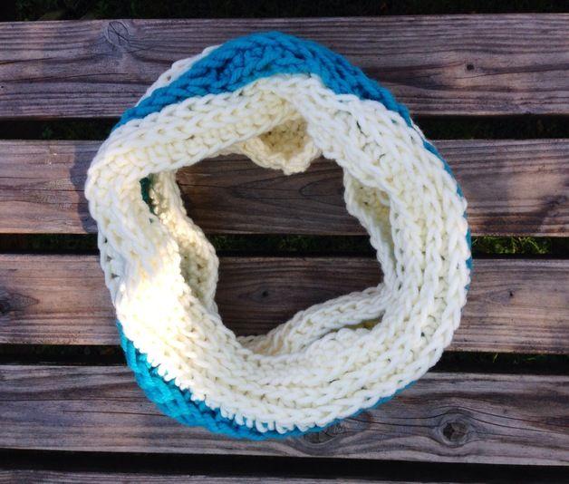Zit er lekker warmpjes bij met deze unieke hand gehaakte colsjaal.   De sjaal is gehaakt van scheepjeswol. Cowl scarf hand crochet