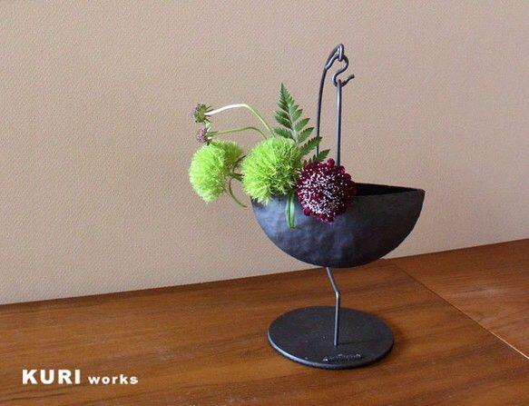 鉄板打出で作った花器と専用の吊り台付のセットです。花器の内部にはラバーコーティングを施しておりますのでお水を入れて生花を生けてお楽しみいただけます。オアシス(...|ハンドメイド、手作り、手仕事品の通販・販売・購入ならCreema。