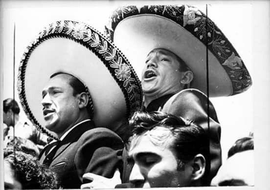 """Día del sepelio de Pedro Infante, en la que Javier Solis subió a una cripta  para cantarle la ranchera: """"Grito P…   Javier solis, Pedro infante, Cine de  oro mexicano"""