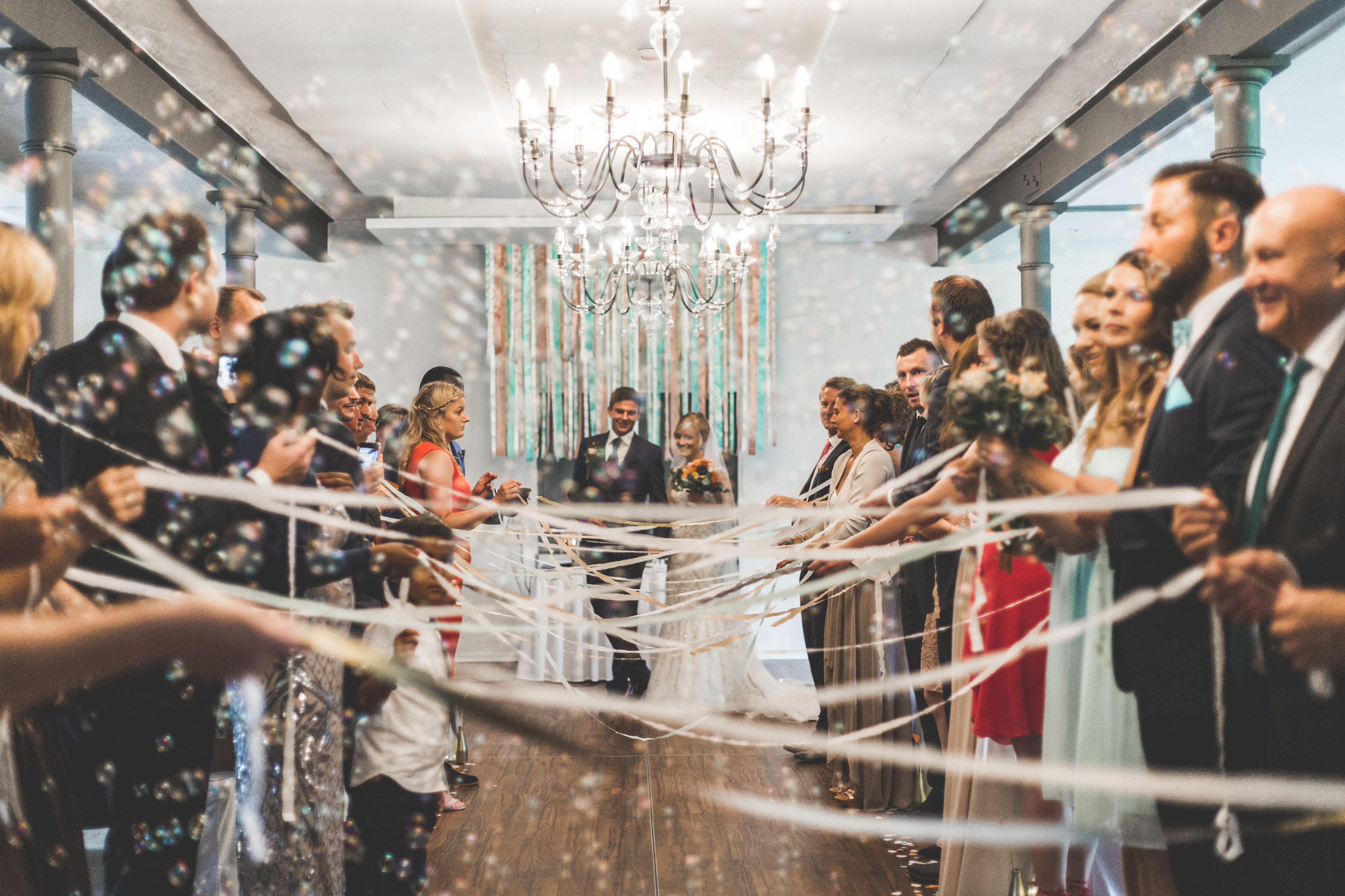 Weddingbubbles Seifenblasen Freie Trauung Hochzeit Auszug Brautpaar Traurednerin Rituale Zur Trauung Spalier Hochzeit Brautfotos Hochzeitsuberraschungen