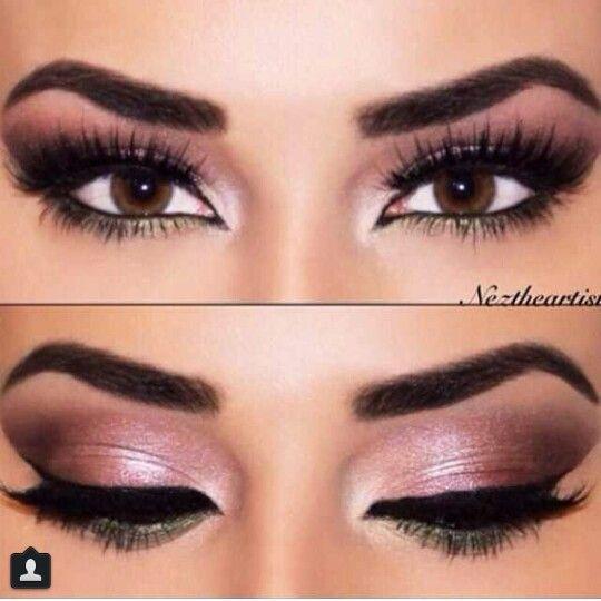 Sombra rosada en el párpado, sombra marrón en el pliegue y al final de la cuenca del ojo y delineador negro.