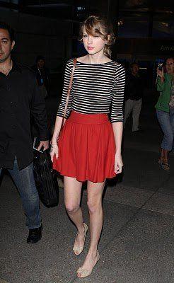 62c6418902 Falda roja con blusa de rayas negras y blancas