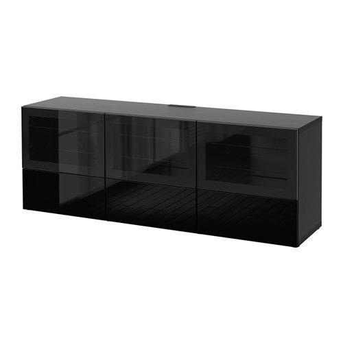 IKEA - BESTÅ, Tv-taso/ovet+laatikot, mustanruskea/Selsviken korkeakiilto musta/kirkas lasi, liukukisko ponnahduslaatikkoon, , Laatikoissa ja ovissa on integroidut ponnahdussalvat, minkä ansiosta ne aukeavat kevyellä painalluksella eikä vetimiä tarvita.Kaukosäätimen säde toimii lasin läpi, joten laitteita voi hallita myös silloin, kun ovet ovat kiinni.Tason takaosassa olevien johtoaukkojen ansiosta tv:n ja muiden laitteiden johdot on helppo piilottaa siististi, mutta kuitenkin n...