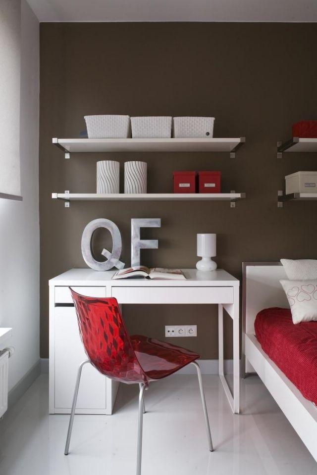 schlafzimmer-farben-ideen-braune-akzentwand-weisse-moebel-rote - schlafzimmer farben ideen