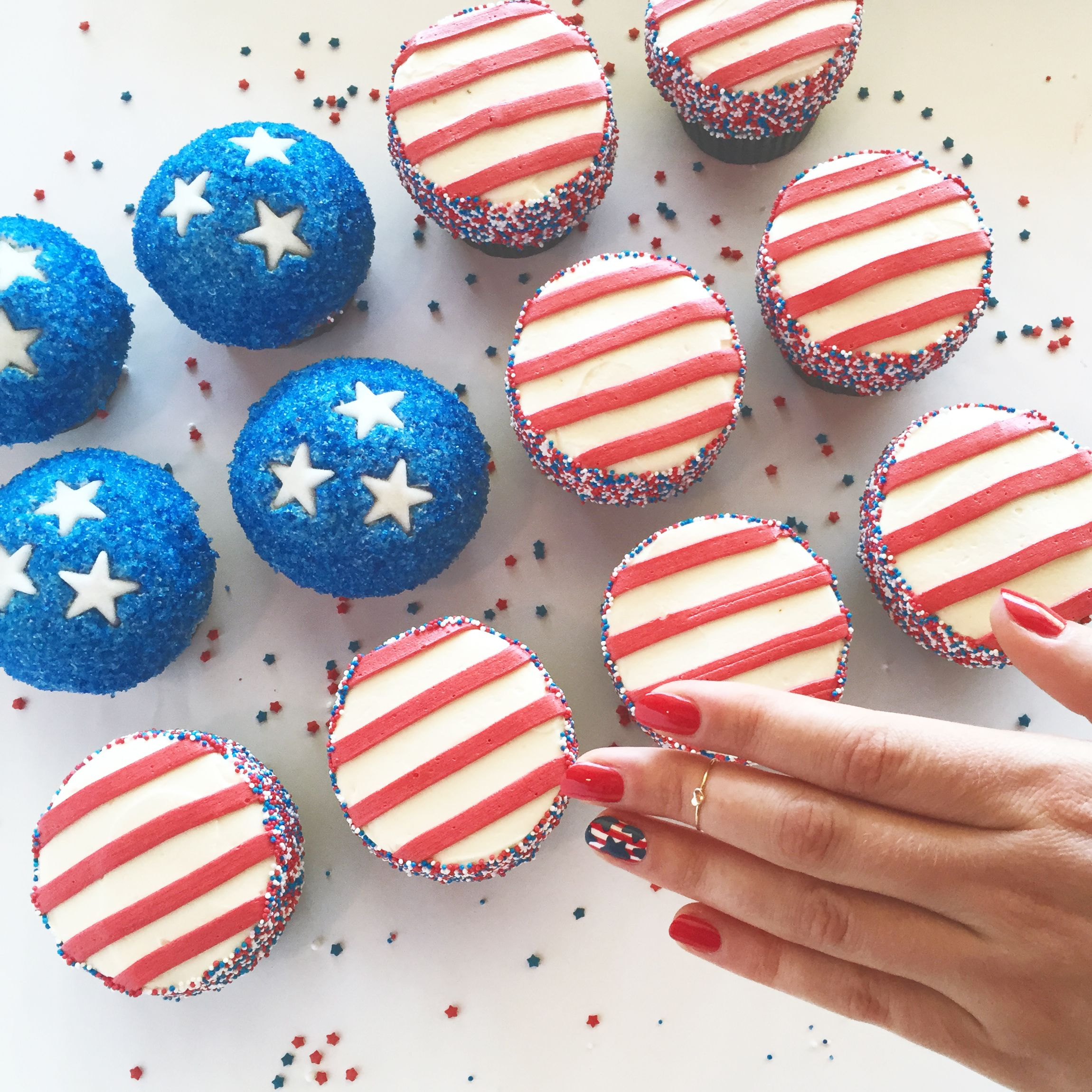 Cupcakes and matching manis? Yes please! cupcakes by @trophycupcakes & nails by @julepmaven #4thofJuly