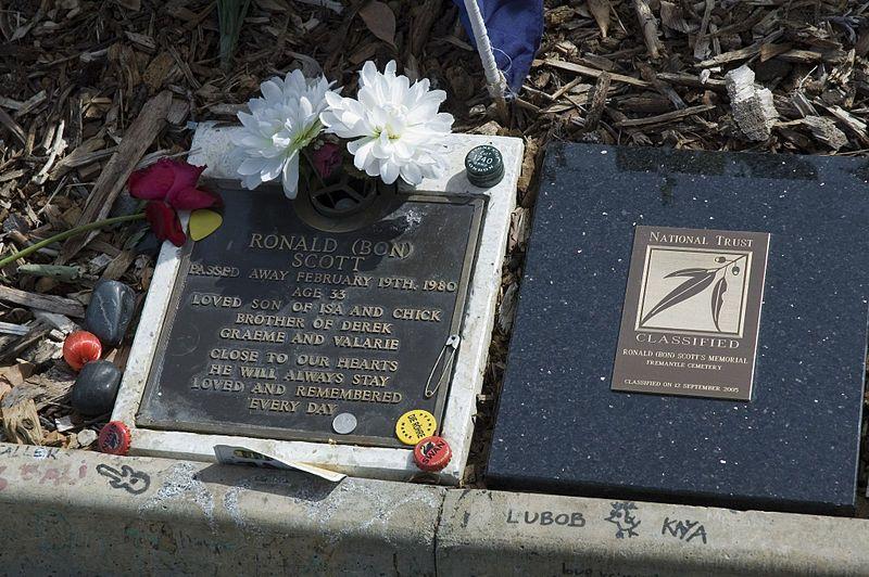 Grave_of_Bon_Scott,_Fremantle_Cemetery,_Western_Australia.
