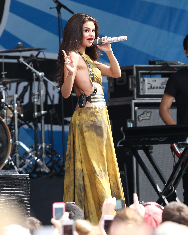 Selena Gomez Wardrobe MALFUNCTION | Wardrobe malfunction | Pinterest