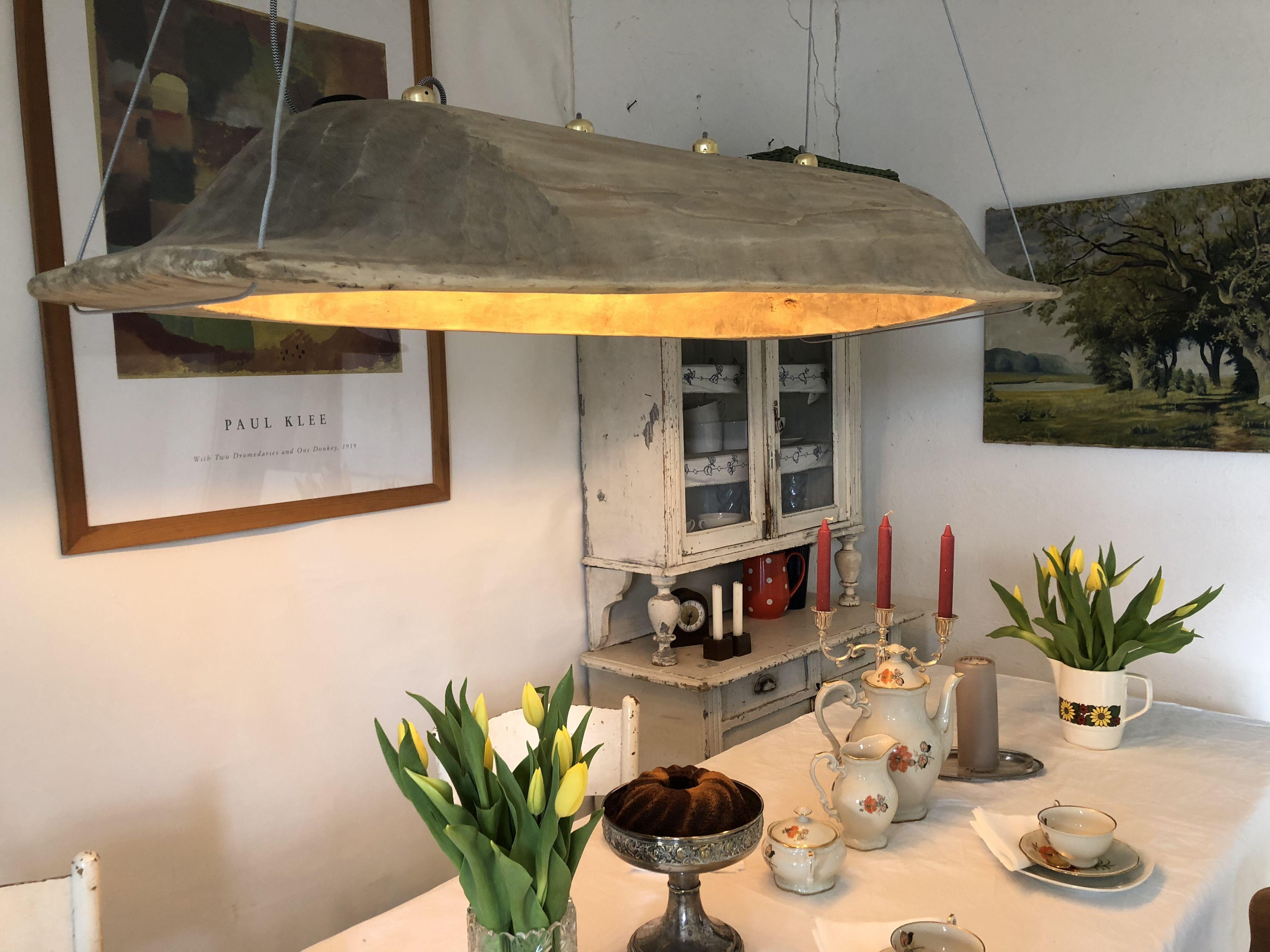 Alter Holztrog Wird Zur Lampe Handgefertigtes Einzelstuck Mit Led Leuchtkugeln Ausgestattet Vintage Lampen Lampen Holztrog