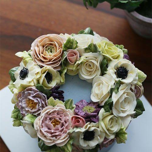 Wreath style buttercream flowercake... #buttercream #butter #buttercreamflowers #flowers #flower #cake #cakes #kiss #kissthecake #kissthecook #koreanstyle #koreanbuttercream #spring #rose #roses #nature #bigflower #anemone #peonyflower #케이크 #케익 #플라워케이크 #플라워 #플라워케익 #버터크림 #키스더케익 #키스 #키스더케이크 #버터크림플라워케이크#장미