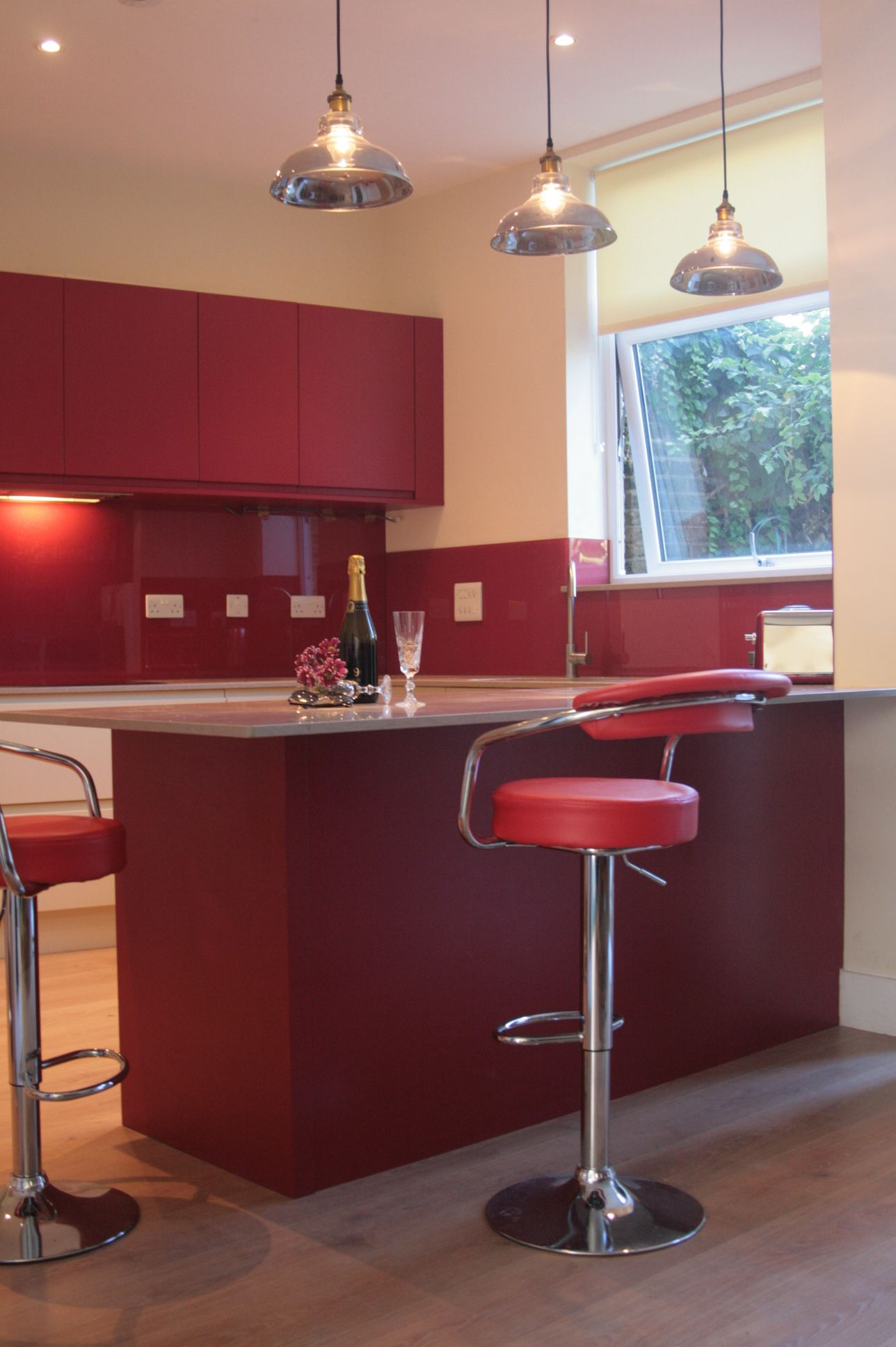a red and off white j handle kitchen with a glass splashback in a red glitter effect with a on j kitchen id=87933