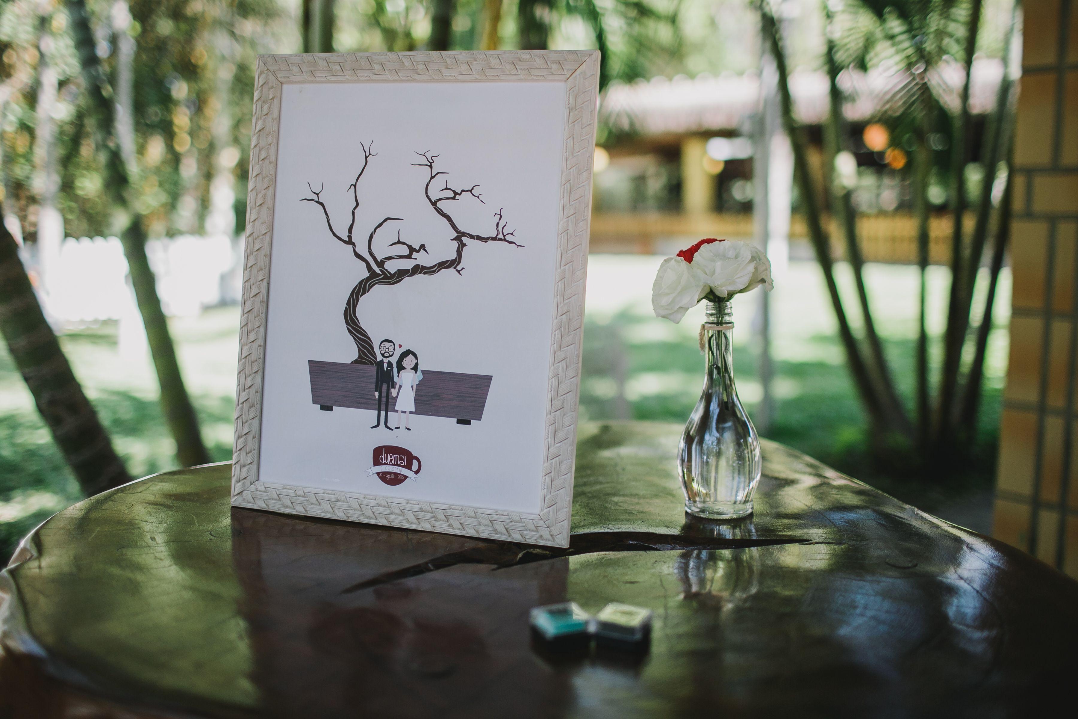 Quadro de digitais representado pelo desenho dos noivos e seu bonsai.   #creativewedding #quadrodedigitais #bonsai #fingerprint  #fingerprinttree #wedding #guestbook  Papelaria: O Papeleiro Fotografia: Diogo Perez Decoração: Casório DF