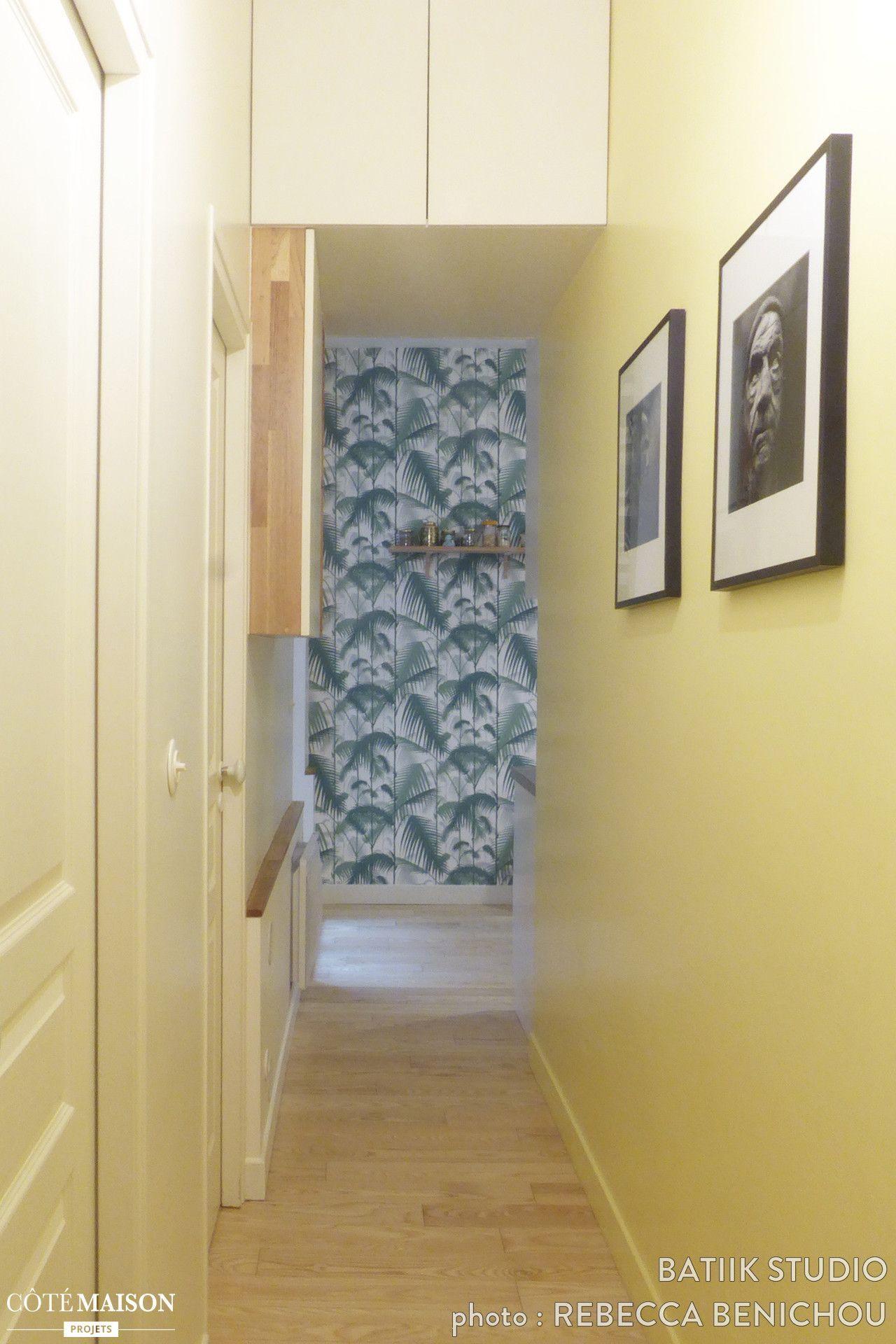 La déco de ce long couloir a été réveillée par un pan de mur repeint ...