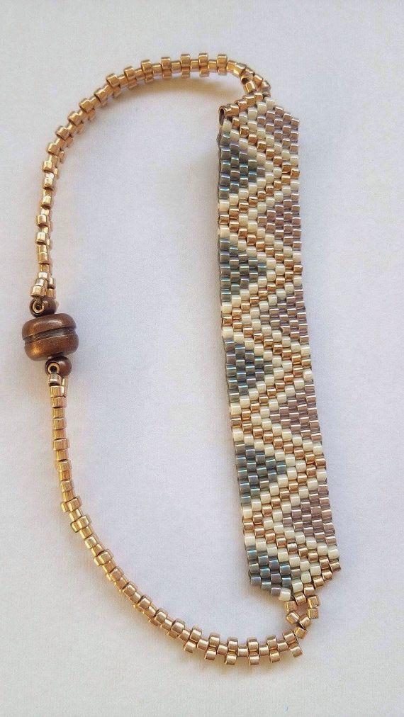 Pulsera con cuentas de patrón triangular con cierre magnético, diseño geométrico elegante, hecho en Grecia, regalos hechos a mano únicos para ella