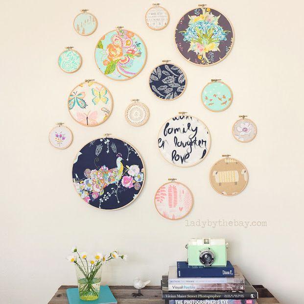 100均に売っている刺繡枠を使って、壁掛けアートを作ってみませんか? お気に入りの布を挟むだけで、お洒落な壁掛けアートに大変身するんです。