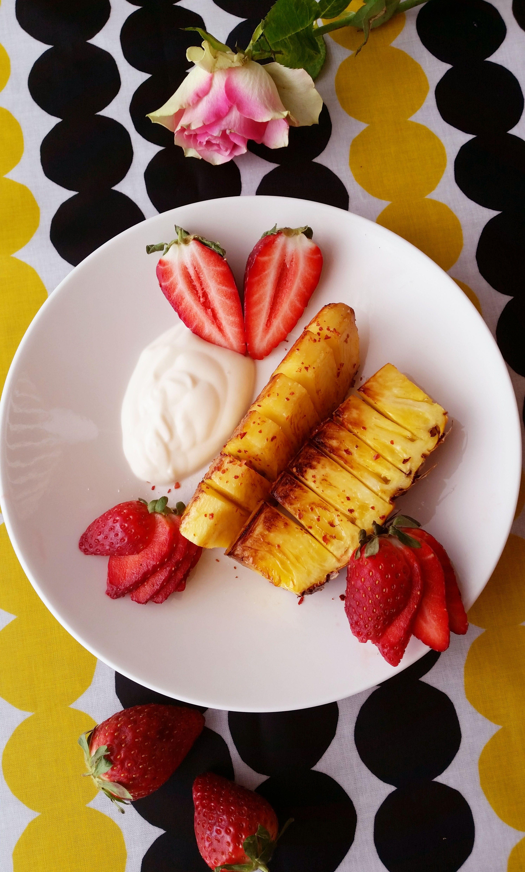 Oletko kokeillut grillata tai paistaa tuoretta ananasta? Kaupoista ostettaessa ananakset ovat usein hieman raakoja, ne kannattaakin jättää huoneenlämpöön pariksi päivää kypsymään, jotta hedelmästä tulee mahdollsimman makea ja pehmeä. Tuore ananas sisältää paljon mangaania ja c-vitamiinia sekä runsaasti kuituja. Ananaksella on myös nestettä poistava vaikutus, sillä se laskee turvotusta ja tehostaa nesteen poistumista kehosta. Ananas sopii …