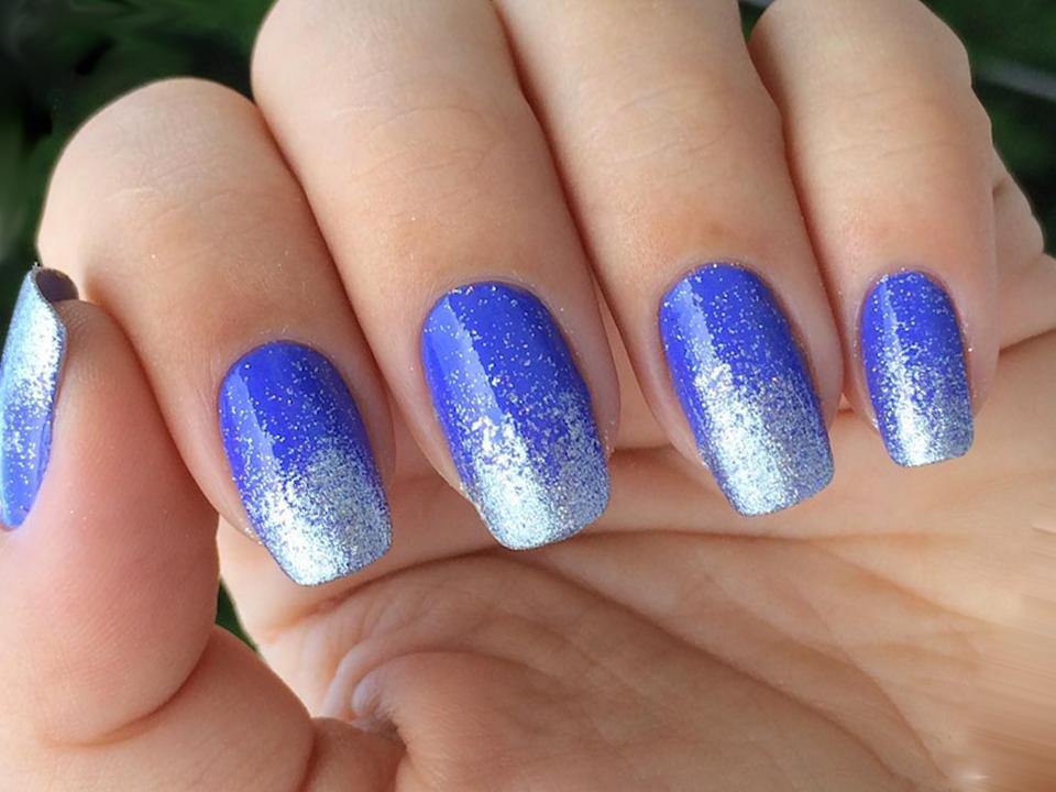 Brilho + azul para as unhas da semana. Quem mais amou?