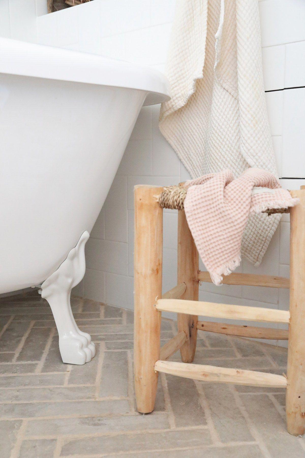 Bienvenue Dans Le Duplex Boheme De Chloe You Briquette De Parement Planche A Decouper Marbre Et Tabouret Marocain
