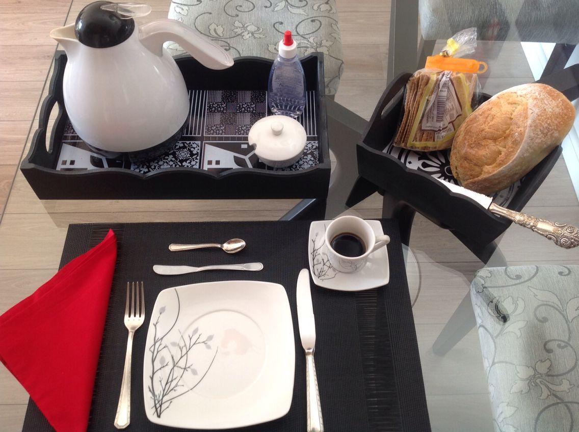Café da manhã charmoso con bandeja wood long e cesta de pão by MiLuz!