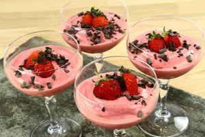 Hurtig jordbær dessert fra Alletiders Kogebog blandt mere end 6.000 opskrifter med billeder.