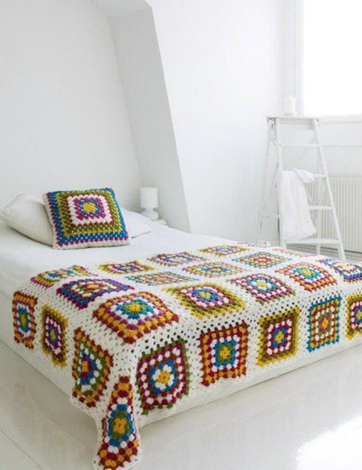 dessus de lit granny square et son coussin en crochet linge de lit enfants par bebe serena. Black Bedroom Furniture Sets. Home Design Ideas