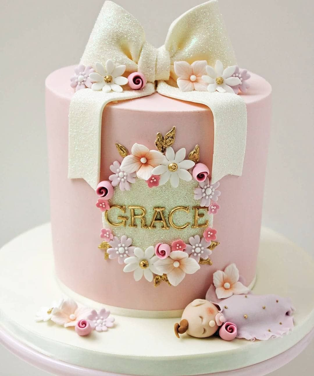"""Por @atelie_casa_da_torta on Instagram: """"#Repost @thecakecuppery • • • • • Christening cake for the cutest baby Grace 💖🌸🎀 I had the pleasure of making Grace's older sister…"""" -   15 christening cake Girl ideas"""