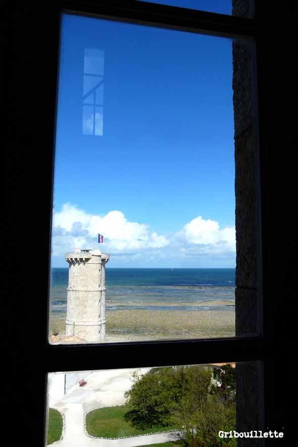 Par la fenêtre, vue du phare de la Baleine