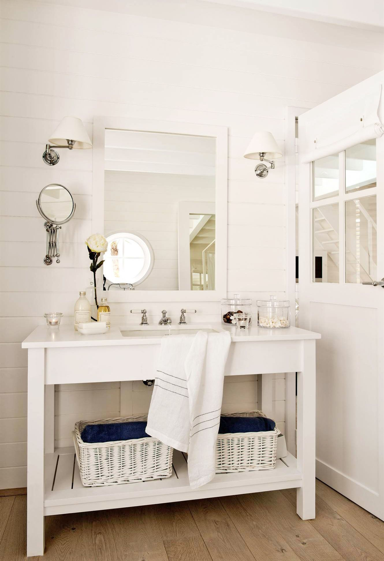 Bano rustico en blanco con mueble de bano con estante for Muebles rusticos blancos