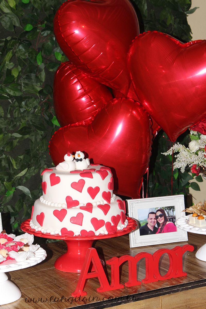 Decoração do meu noivado: Bolo com corações e dois pombinhos e balão de coração com gás hélio.
