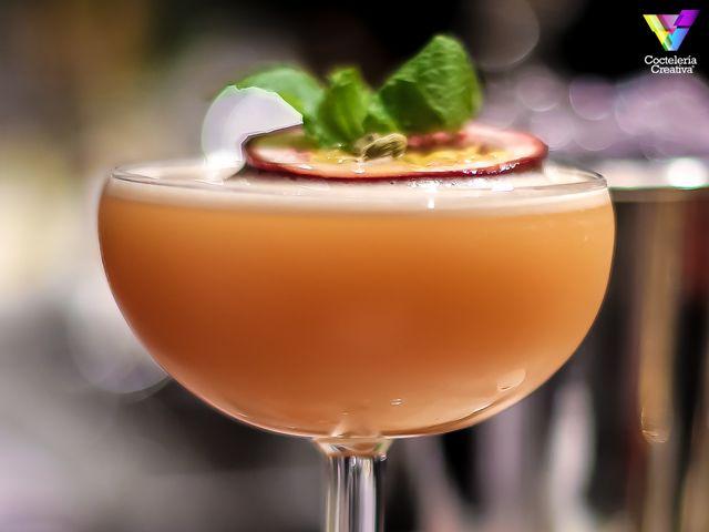 Hawaiian Club, un cóctel tiki de Luca Anastasio que mezcla frutas tropicales con bíter y G'Vine en una sobria copa. http://cocteleriacreativa.com/esp/recipes/detail/756/Hawaiian_Club