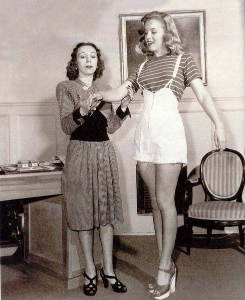 Marilyn Monroe - with her coach Natasha Lytess (Germany 1913) going over scenes