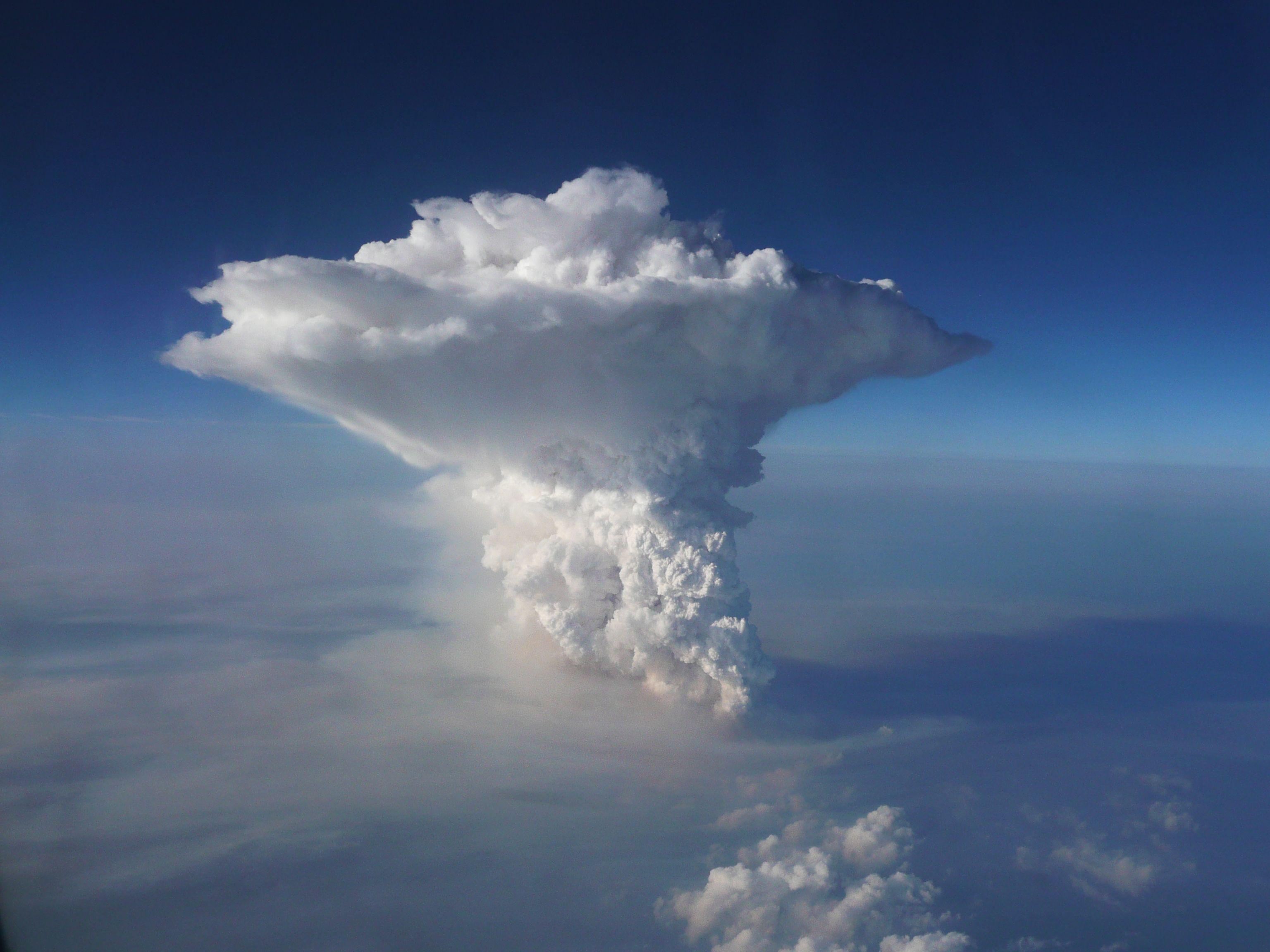 Die fertige Gewitterzelle, Cb(Cumulonimbus) deutlich zu ...