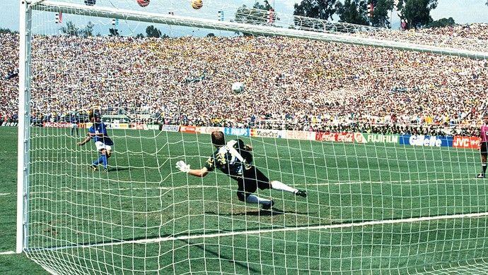 Baggio com a bola da Copa do Mundo em 1994 (Foto: Getty Images)