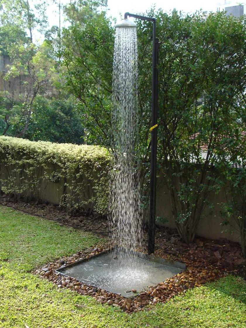 Chuveir o para se refrescar em um edif cio residencial - Duchas de piscinas ...